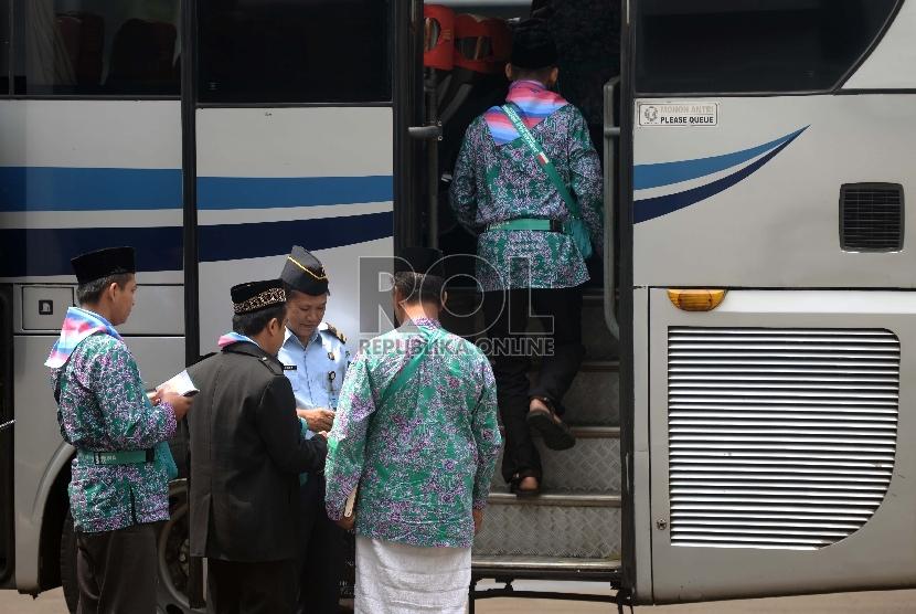 Jamaah Calon Haji Kloter 39 dari DKI Jakarta memasuki bus menuju Bandara Halim Perdanakusuma, Jakarta, Kamis (17/9).  (Republika/Wihdan)