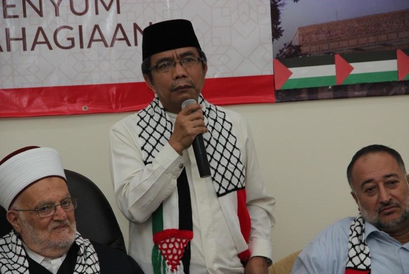 Ketua Harian Komite Nasional untuk Rakyat Palestina (KNRP) Caca Cahayaningrat dan  Imam Masjid Al Aqsha, Syekh Ikrimah Sabri