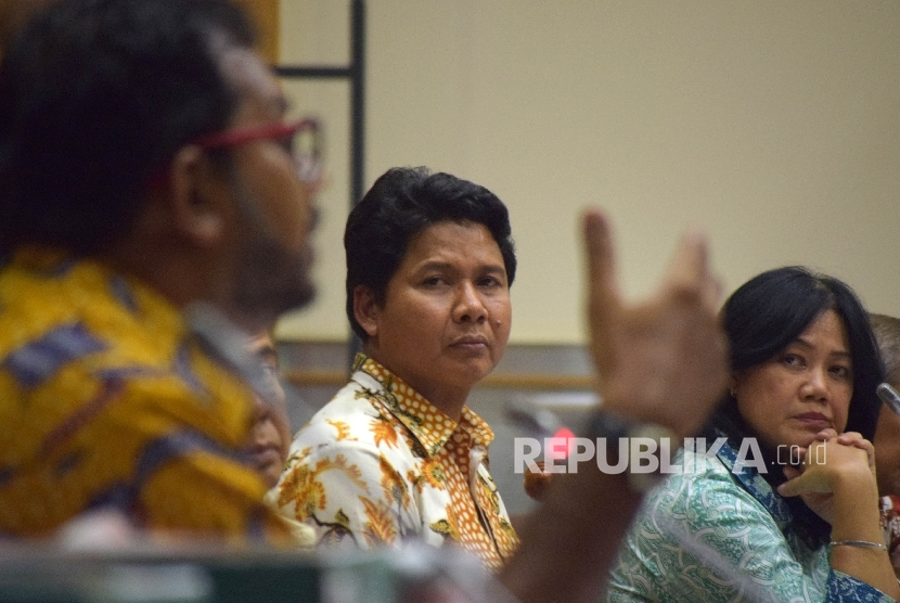 Ketua Komnas HAM M Imdadun Rahmat (tengah) didampingi oleh Komisioner Komnas HAM Siane Indriani (kanan),menyimak pernyataan Korrdinator Kontras, Haris Azhar (kiri) saat mengikuti Rapat Dengar Pendapat Umum (RDPU) dengan Komisi III terkait kasus terduga ter