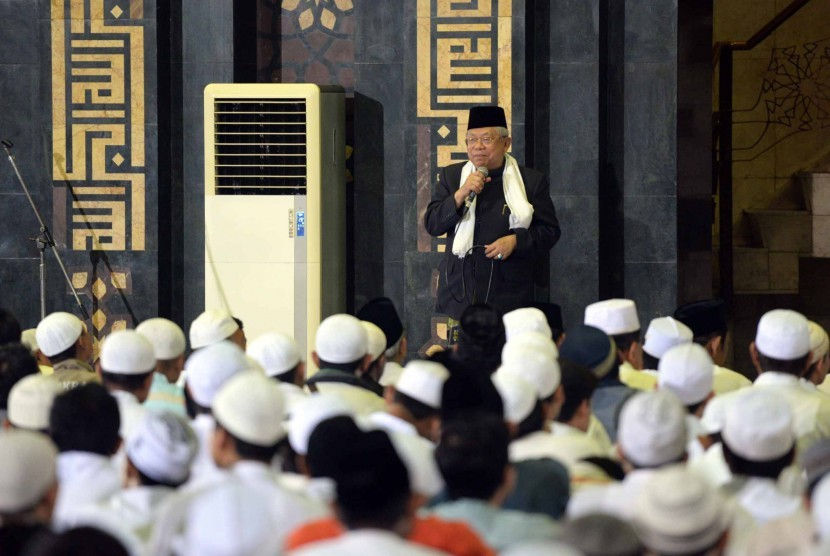 KH Maruf Amin. Ketua Umum MUI Pusat KH Maruf Amin memberikan sambutan saat Dzikir Nasional 2015 di Masjid At-Tin, Jakarta, Kamis (31/1).