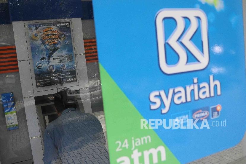 Nasabah melakukan transaksi menggunakan mesin ATM di Bank BRI Syariah, Jakarta, Ahad (8/5). (Republika/Agung Supriyanto)