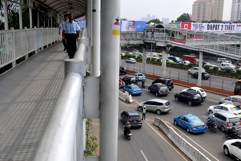 Pengendara melintas di dekat akses masuk Plaza Semanggi, Jalan Gatot Subroto, Jakarta Pusat,Senin (2/12).