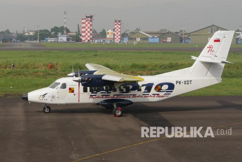 persiapan pesawat n219 sebelum flight test di landasan pacu bandara husain sastranegara kota bandung