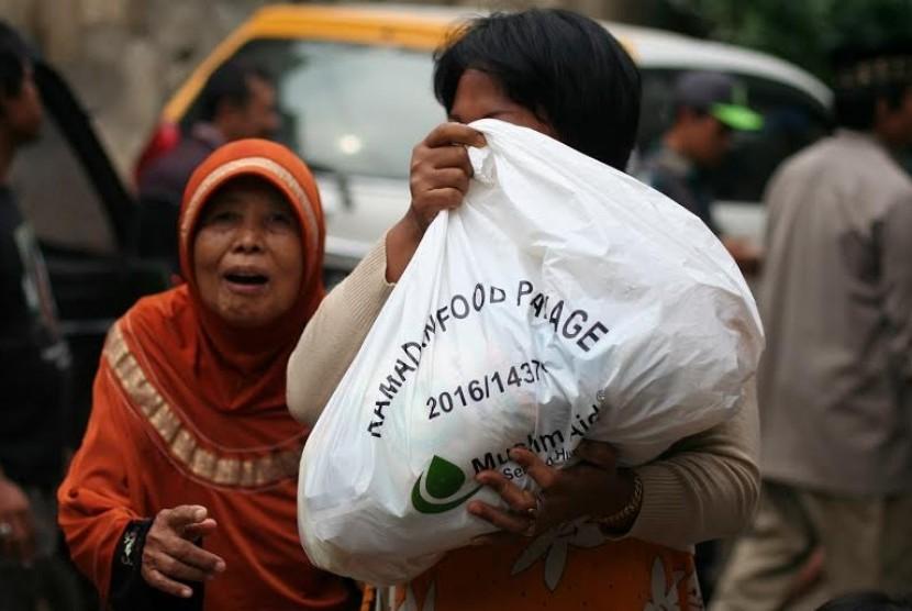 PKPU-Muslim Aid Indonesia berikan bantuan paket makanan di kampung pemulung di Cilandak.