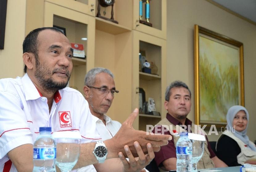 Presidium MER-C Sarbini Abdul Murad (kiri) saat berkunjung ke redaksi Republika
