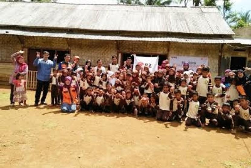 Rumah Zakat (RZ) cabang Bekasi menyalurkan bantuan logistik untuk warga Kampung Baru di Desa Waringin Jaya dan Desa Cigeulis, Kec. Cigeulis, Pandeglang, Banten.