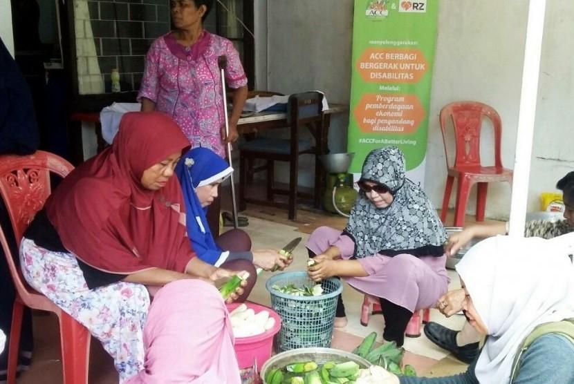 RZ (Rumah Zakat) bekerja sama dengan PT. ACC (Astra Credit Company) menggulirkan program pemberdayaan ekonomi untuk komunitas disabilitas di Komplek Maizonet, Jl. Melati 1 No.3, Kel. Paroppo, Kec. Panakukang, Makassar, belum lama ini