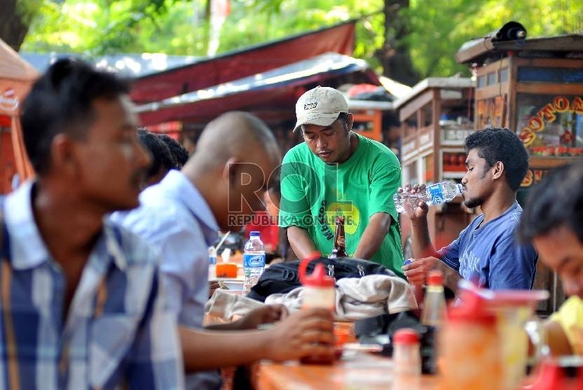 Sejumlah PKL melayani pealanggannya di Jalan Penataran, Jakpus (ilustrasi).