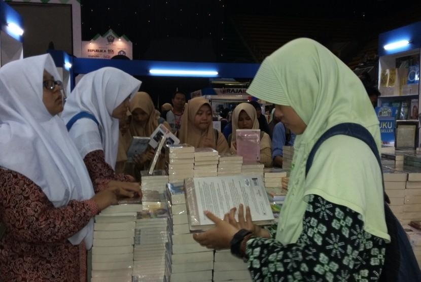 Tiap hari ribuan santri mengunjungi Islamic Book Fair (IBF) 2016 yang digelar di Istora Senayan Jakarta, 26 Februari hingga 6 Maret 2016.