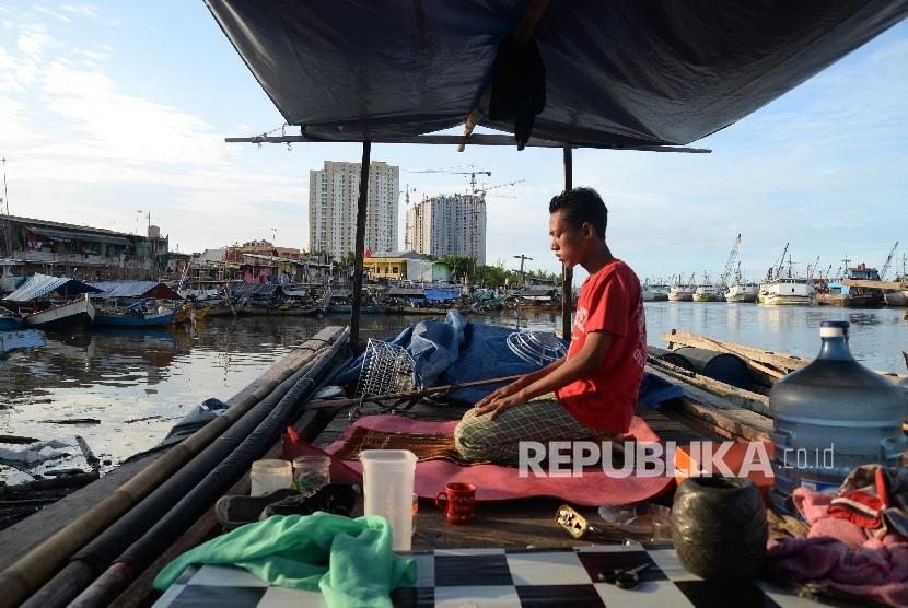 Warga gusuran melaksanakan sholat di atas perahu di kawasan Pasar Ikan, Luar Batang, Jakarta Utara, Selasa (12/4). (Republika/ Yasin Habibi)