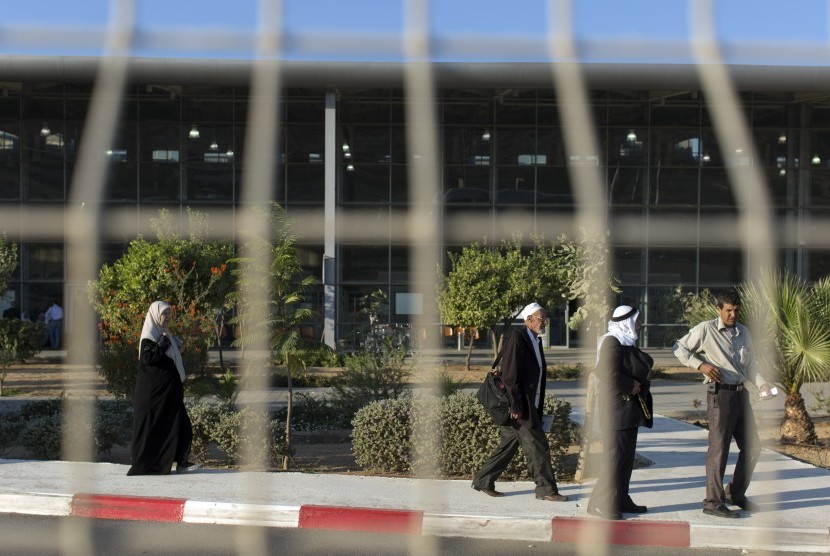 Warga Palestina berjalan menuju bus setelah melintasi Jalur Gaza menuju Israel lewat perbatasan Erez