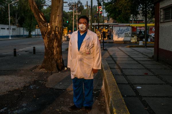 Eduardo Rojano Mercado, cirujano del Hospital General Balbuena, que no es un hospital dedicado de Covid-19, pero está tratando a pacientes con el virus.