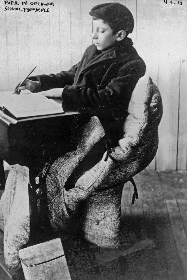 Mantener el calor en un aula al aire libre, 1912.