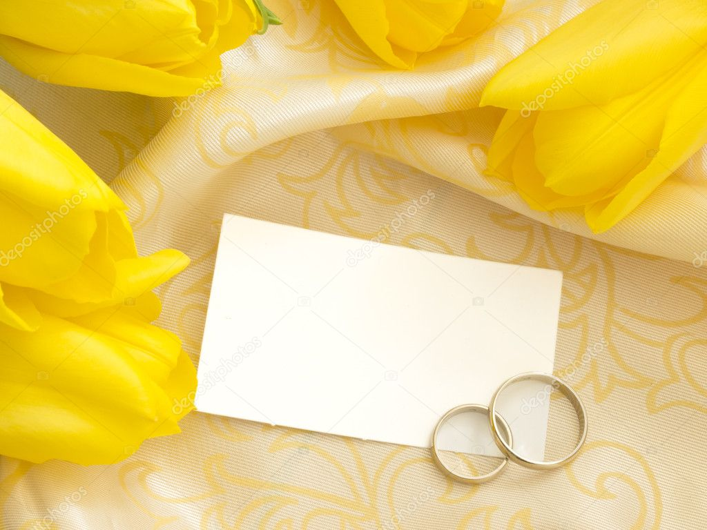 stock photo blank paper note with wedding wedding ring Blank paper note with wedding rings and yellow tulips Stock Image