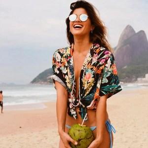 camisa-floral-oculos-espelhado