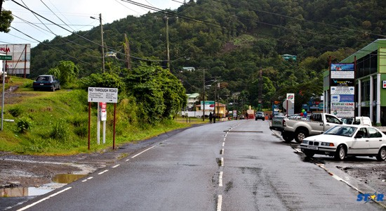 No Through Road—yet sign directs motorists to other amenities on the same road!