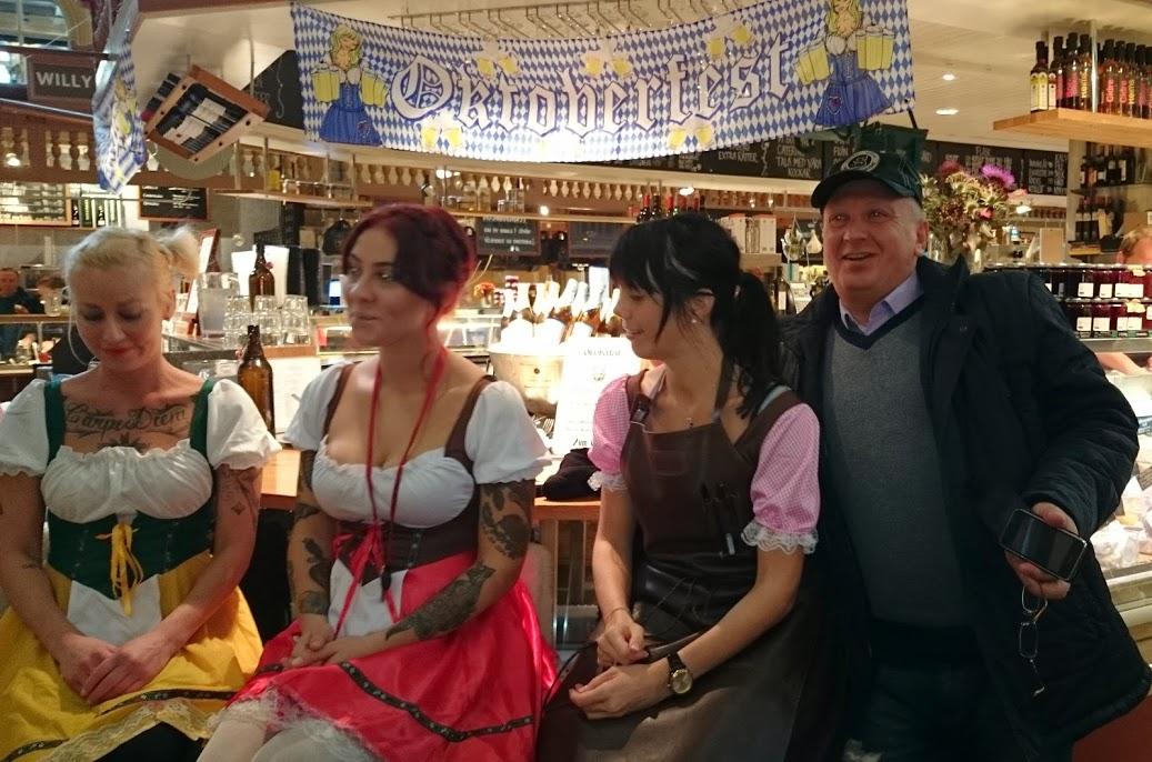 туристы пьют пиво в Стокгольме