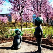 скульптура играющие дети в пригороде Стокгольма