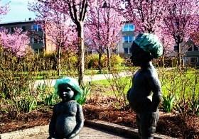 Интересная скульптура — играющие дети в пригороде Стокгольма