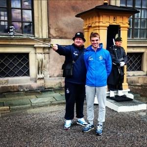 фото туристов в Стокгольме с селфи палочкой