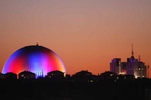 разноцветный Глобен в Стокгольме самое большое сферическое здание в мире