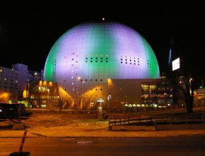 красиво подсвеченный Глобен в Стокгольме