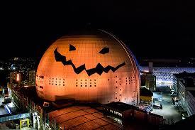на Хэллоуин Стокгольмский Глобен оформлен в виде тыквы