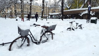 засыпанные снегом велосипеды на улицах Стокгольма ноябрь 2016