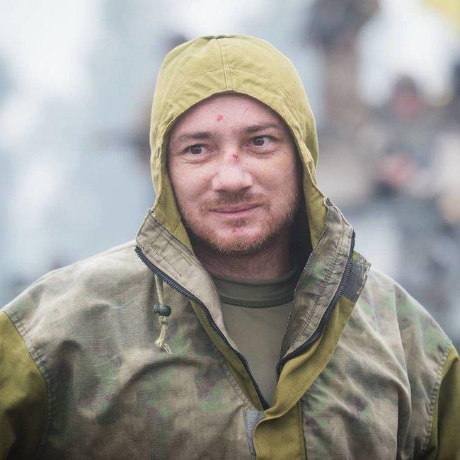 Боєць 13-го окремого десантно-штурмового батальйону Сергій Назаренко: В новому терміналі Донецького аеропорту ми знайшли багато делікатесів. А хліба не було. І чорна ікра на армійській галеті мала досить екстравагантний вигляд 05