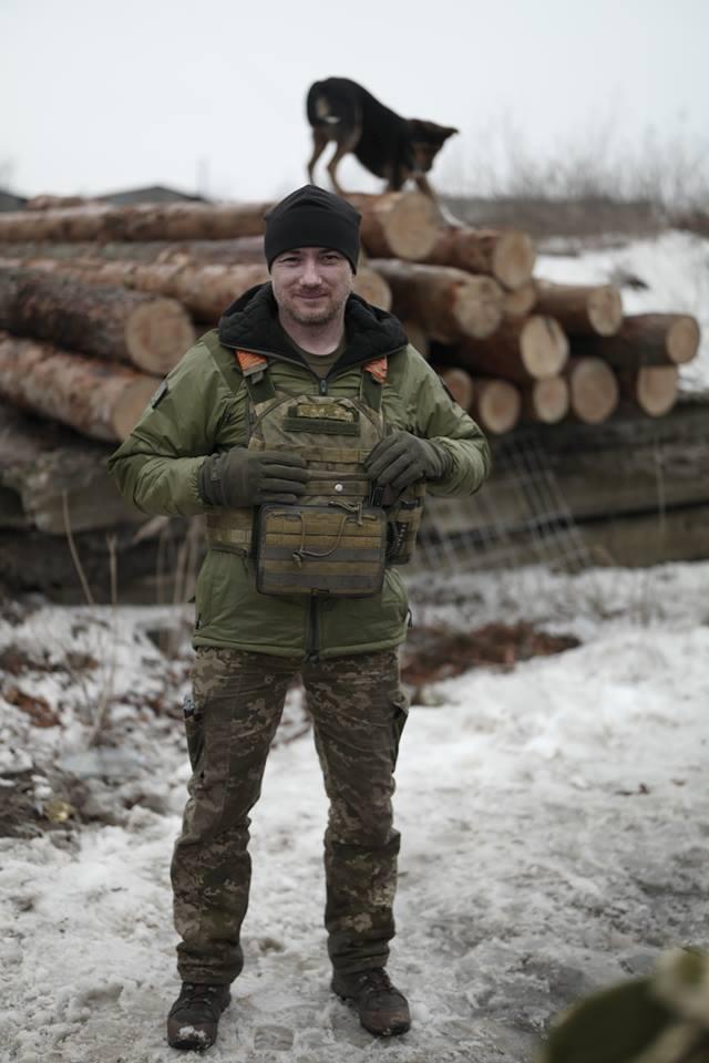 Боєць 13-го окремого десантно-штурмового батальйону Сергій Назаренко: В новому терміналі Донецького аеропорту ми знайшли багато делікатесів. А хліба не було. І чорна ікра на армійській галеті мала досить екстравагантний вигляд 01