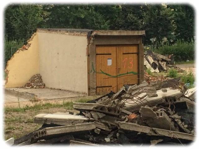 Vorher: Jahrzehntelang existierte an der Ecke von Glashütter und Lauensteiner Straße ein Garagenkomplex, von dem zum Schluss nur noch die Garage Nr. 13 den Bauplänen vor der Tabakfabrik trotzte. Foto: Heiko Weckbrodt