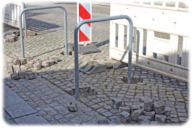 Steine des Anstosses: Arbeiter verankern derzeit fest im Pflaster der Friedrich-Wieck-Straße diese Fahrrad-Bügel. Foto: Heiko Weckbrodt