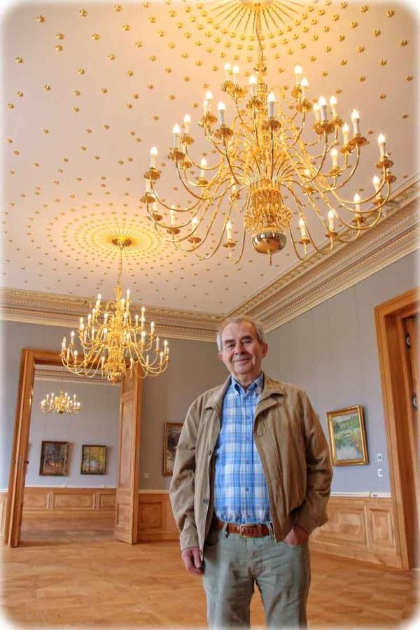 Peter Lenk ist der Vorsitzende des Fördervereins, der das Lingnerschloss spendenfinanziert saniert. Hier steht er in der Beletage: Im Obergeschoss ist eine Flucht aus drei Räumen entstanden, deren Zentrum der Sternensaal mit seinen 700 Sternen und zwei Zentralgestirn-Kronleuchtern bildet. Foto: Heiko Weckbrodt