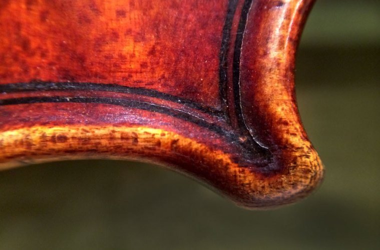 vuillaume-varnish_givens-violins-1825_back-lower-right-corner