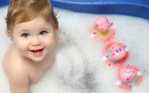 beau bebe qui joue dans son bain