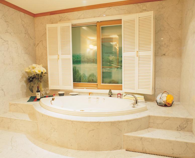 חדר אמבטיה מעוצב בצבע קרם