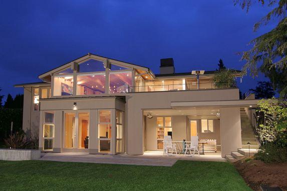 עיצוב בית עם חלונות רחבים ותאורה מתאימה