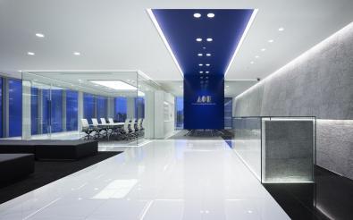משרד מעוצב בגוונים כחול ולבן