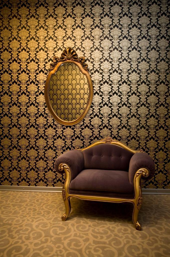כורסא מזמינה בשילוב צבעים כהים עם זהב.