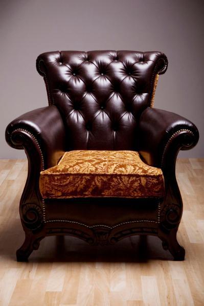 שילוב של צבעים שחור וזהב יוצרים כורסא יוקרתית.