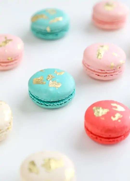 how to make edible gold macarons - www.sugarandcloth.com