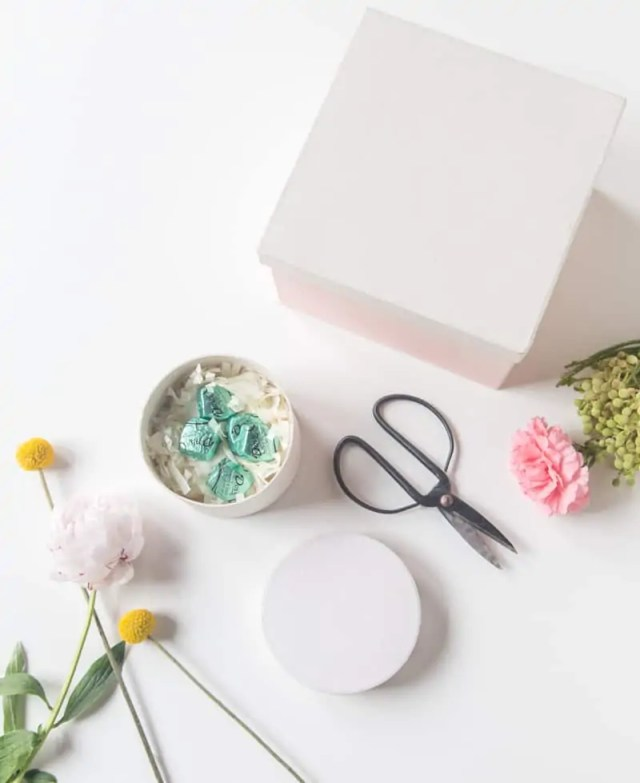 DIY fresh flower gift boxes | sugarandcloth.com