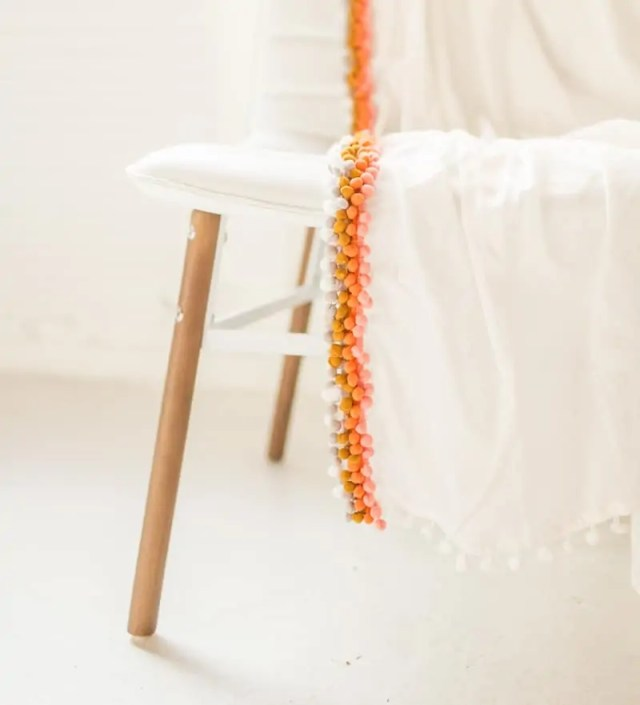 DIY summer pom pom throw | sugarandcloth.com