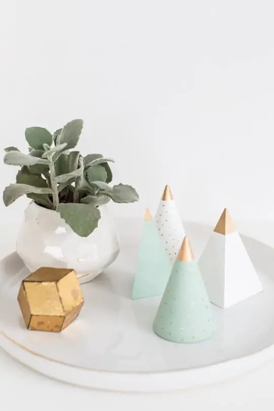 DIY wooden Christmas tree decor | sugarandcloth.com
