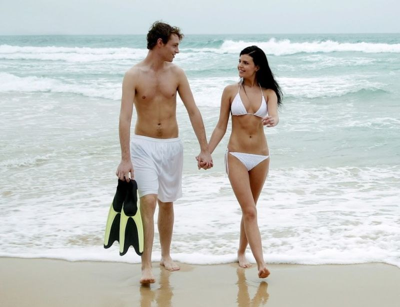 Hot-Couple-Walking-on-Beach-Image-2015