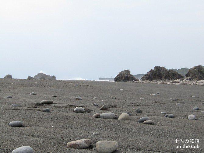 浜辺に下りると小石がごろごろ