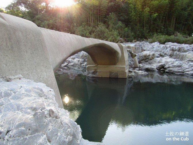 久木沈下橋を眺める