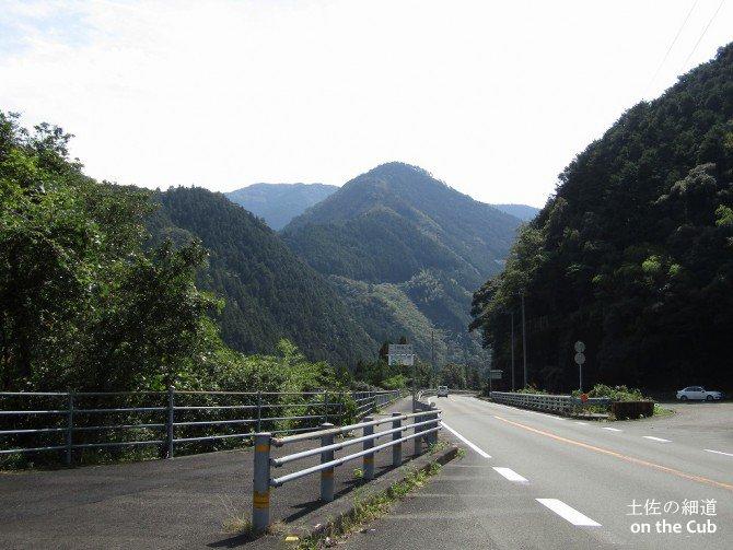山あいを走る国道