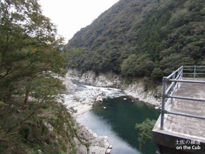 徳島の山間部を流れる吉野川
