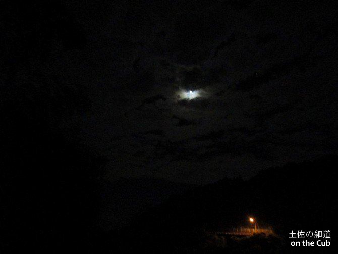 雲間から時折り顔を出すお月様